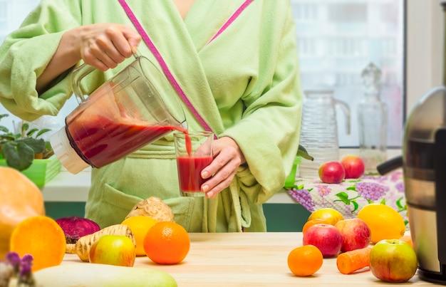 Une femme fait du jus fraîchement pressé sur un presse-agrumes