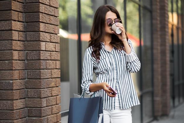 Femme fait du shopping