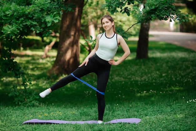 Femme fait du sport dans le parc de l'europe