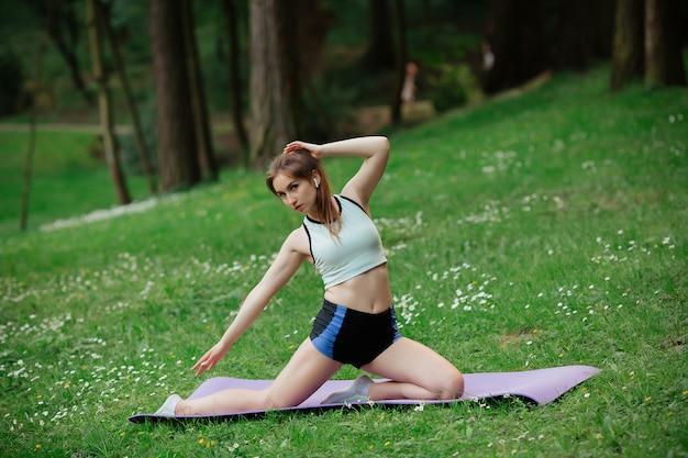 Femme fait du sport dans le parc