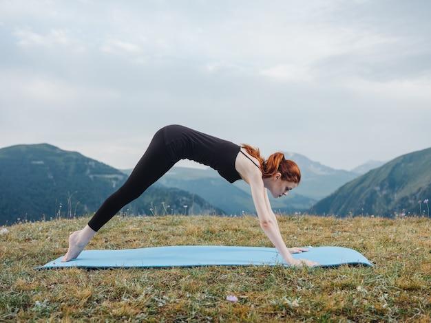 Femme fait du sport en plein air air frais montagnes herbe.