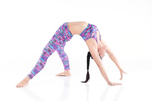 Femme fait du yoga isolé sur fond blanc