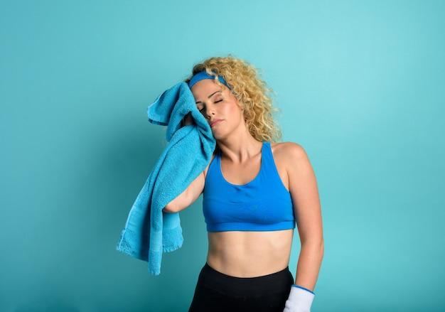 La femme fait de la gym à la maison. expression fatiguée.