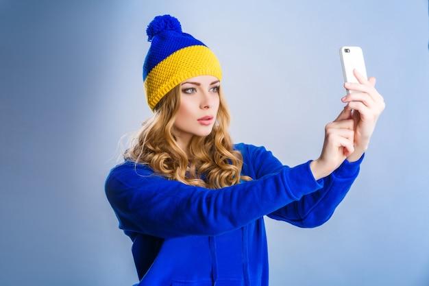 Femme fait un selfie