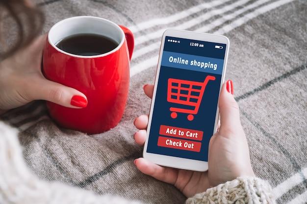 Une femme fait ses courses dans la boutique en ligne, e-commerce.