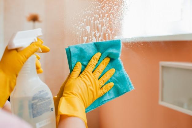 Une femme fait les tâches ménagères à la maison