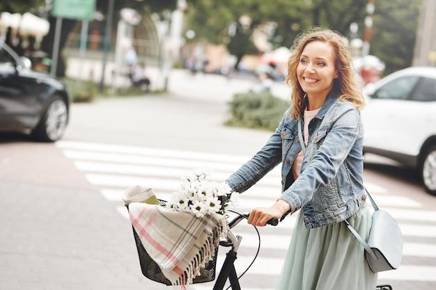 Une femme fait le tour de la ville à vélo