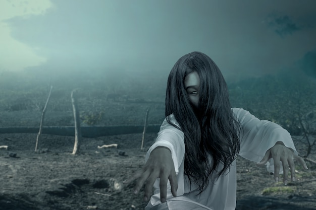 Femme fantôme effrayante rampant avec scène de nuit