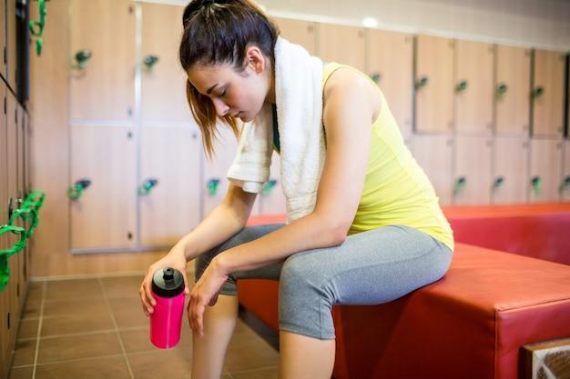 Femme fatiguée après une séance d'entraînement