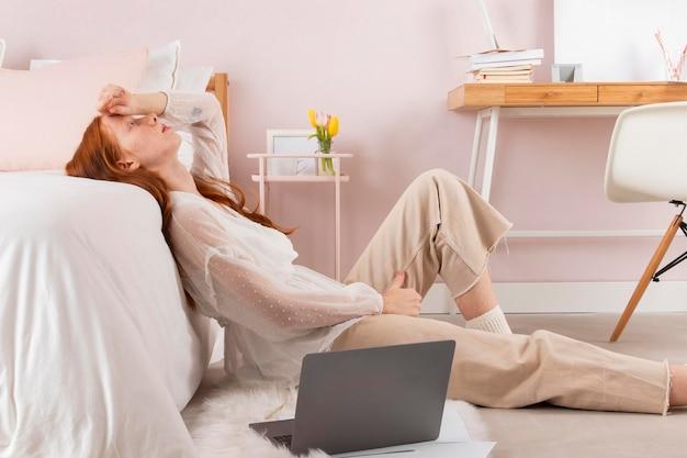 Femme fatiguée à la maison du travail