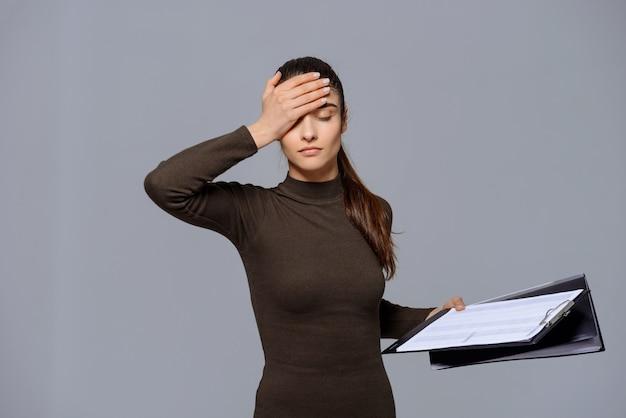 Une femme fatiguée semble déçue par le document