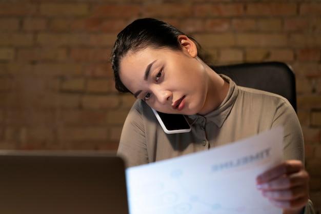 Femme fatiguée travaillant tard pour un projet