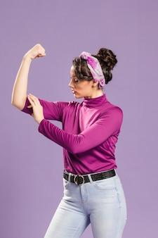 Femme féministe montrant son pouvoir