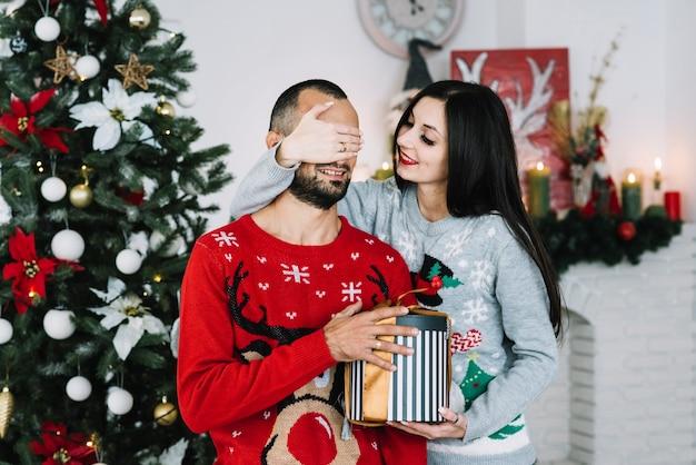 Femme, fermer, yeux, à, cadeau