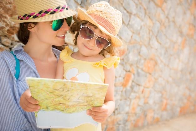 Femme et fille dans la ville d'été concept de voyage et de vacances