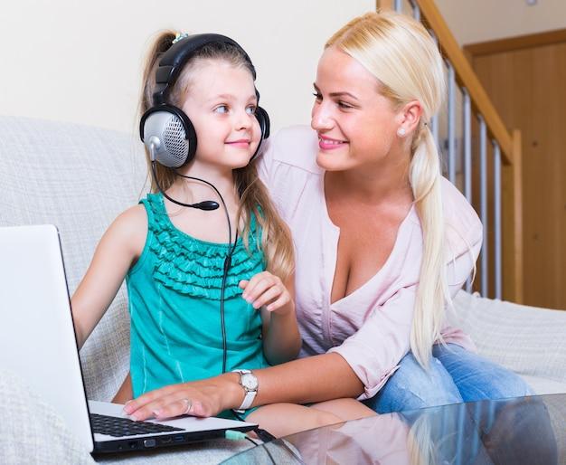 Femme et fille discutent en ligne