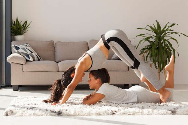 Femme et fille faisant du sport à l'intérieur