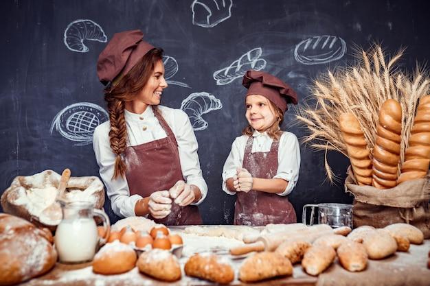 Femme et fille faisant des pâtisseries ensemble