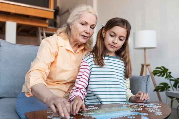 Femme et fille faisant puzzle