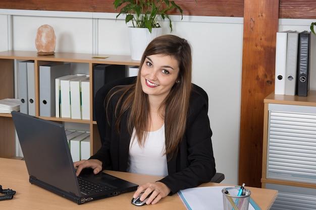 Femme. fille. femme d'affaires. fille travaillant avec l'ordinateur portable.