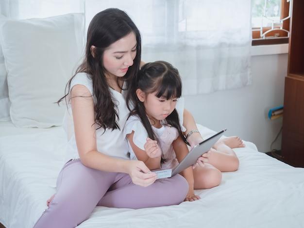 Femme et fille shopping en ligne avec carte de crédit