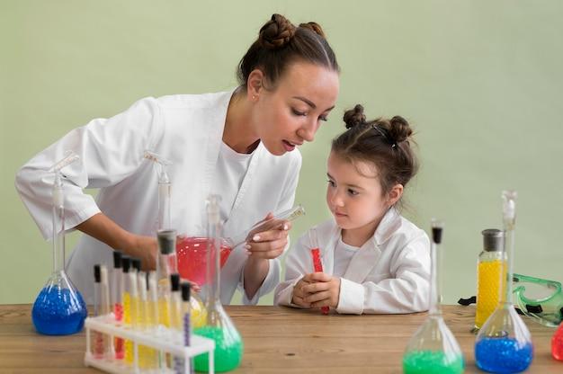 Femme et fille vérifiant les résultats de l'expérience