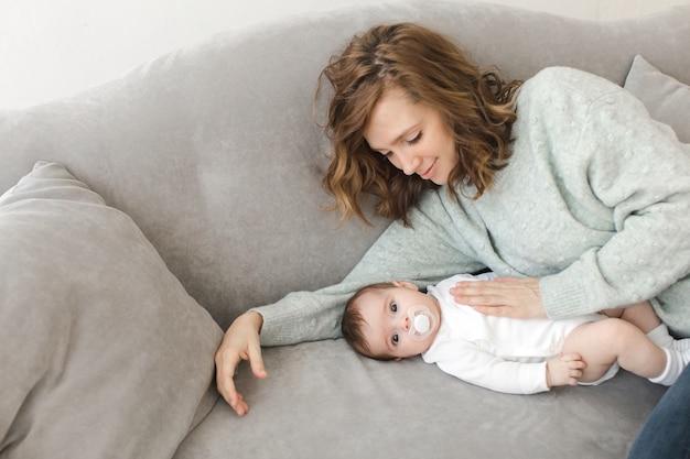 Femme avec fils sur le canapé