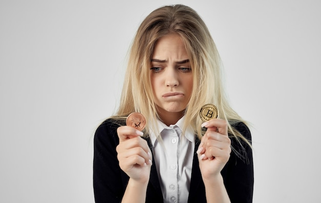 Femme financière avec des bitcoins dans les mains de la calculatrice crypto-monnaie.