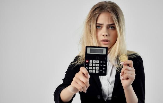 Femme financière avec des bitcoins en mains calculatrice crypto-monnaie
