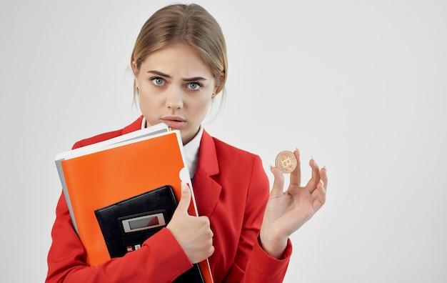 Femme financière veste rouge documents crypto-monnaie bitcoin e-commerce.