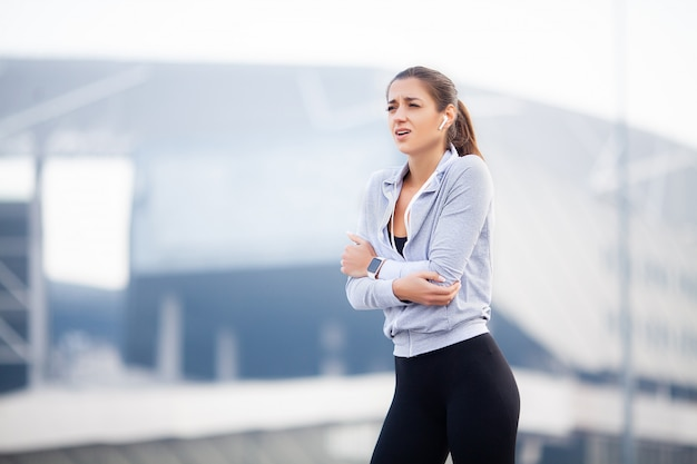 Femme fitness avec douleur au coude