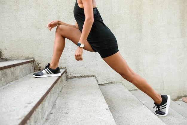 Femme fitness, faire des étirements