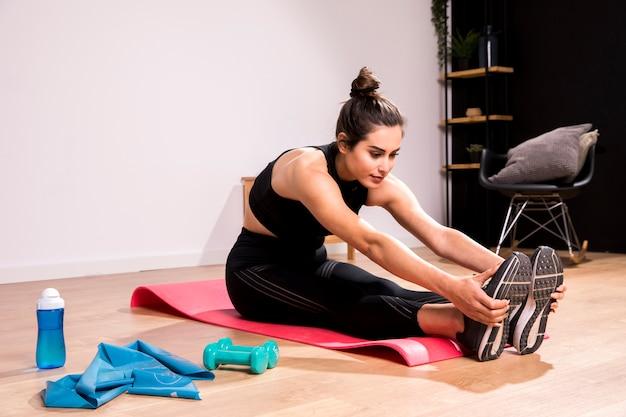 Femme fitness, faire de l'exercice à la maison
