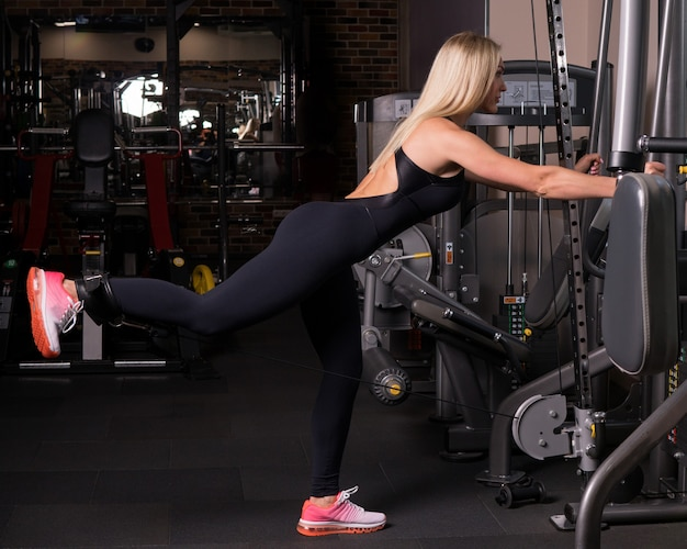Femme fitness, faire, jambe, lever, dans, gymnase