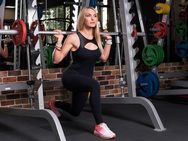 Femme fitness, fente, squat, simulateur, dans, gymnase