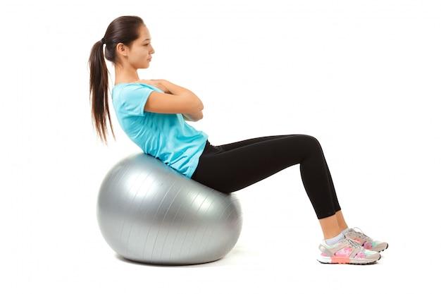 Femme fitness et pilates ball