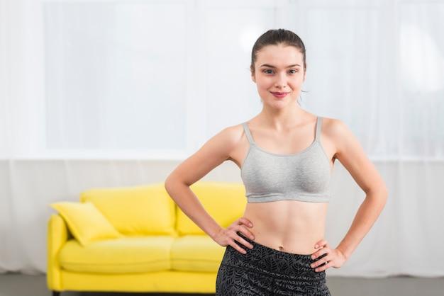 Femme fitness pose