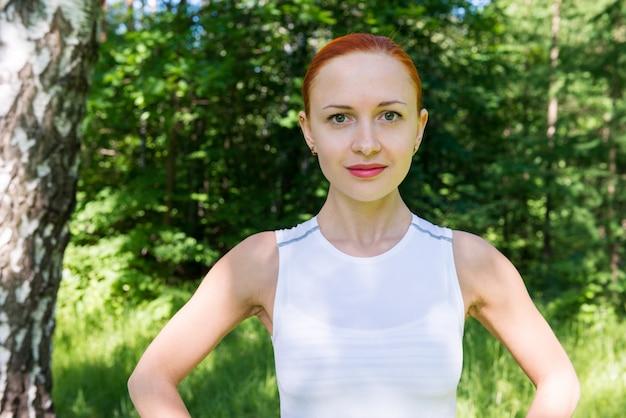 Femme de fitness sensuelle dans le parc