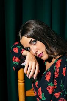 Femme flamenca reposant la tête sur une chaise