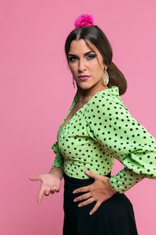 Femme de flamenco regardant la caméra