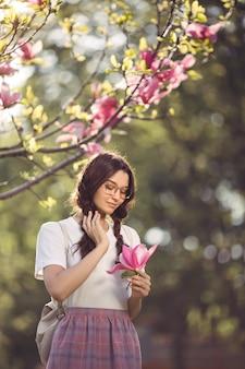 Femme, fleur, dehors, ville, parc