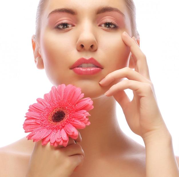 Femme à la fleur de gerber rose