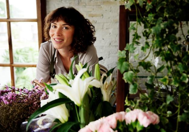 Femme fleuriste caucasien à l'intérieur du magasin de fleurs