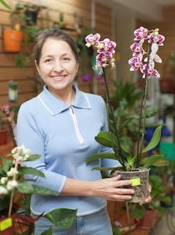 Femme fleuriste avec phalaenopsis orchidée