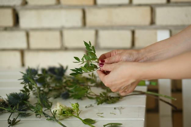 Femme fleuriste recueille le bouqet d'une fleur fraîche
