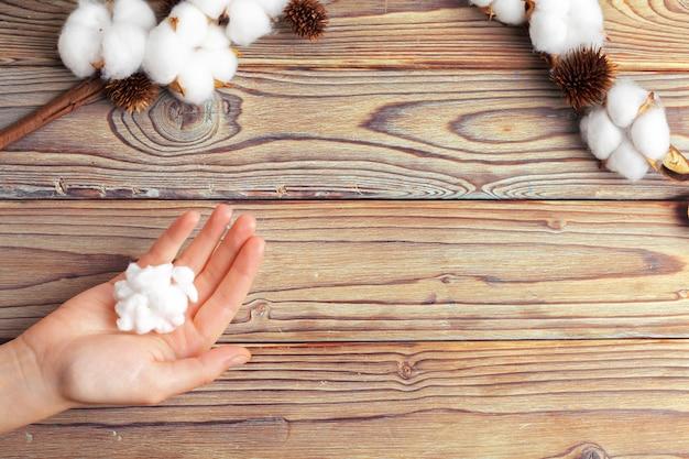 Femme avec des fleurs de coton