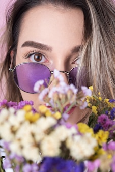 Femme, fleurs, gros plan