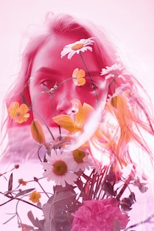 Femme avec des fleurs à l'intérieur, double exposition. fille blonde en lingerie sur fond cramoisi, regard mystérieux rêveur. fleurs sauvages sur fond de femmes avec une double exposition sur fond clair
