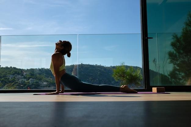 Femme flexible faisant du yoga dans la pose de cobra