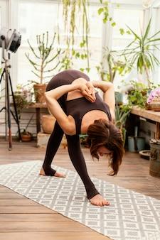 Femme flexible plein coup à l'intérieur